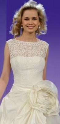 Сочетание свадебного платья с прической