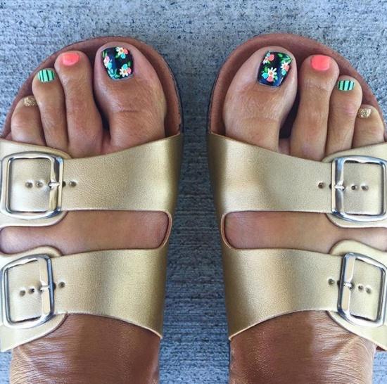 Золотые сандалии с цветным педикюром