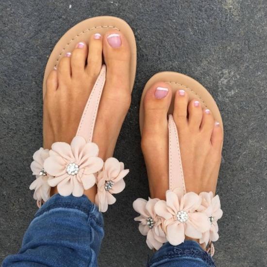 Бежевые сандалии розовый лак на ногтях