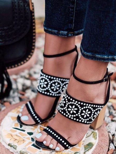 педикюр летний черно-белые босоножки на устойчивом каблуке и белый лак на ногтях