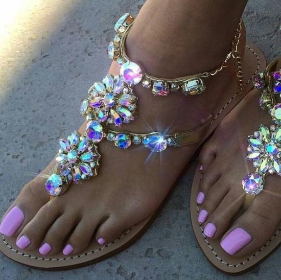 розовый педикюр в сочетании с сандалиями отделанными каменьями