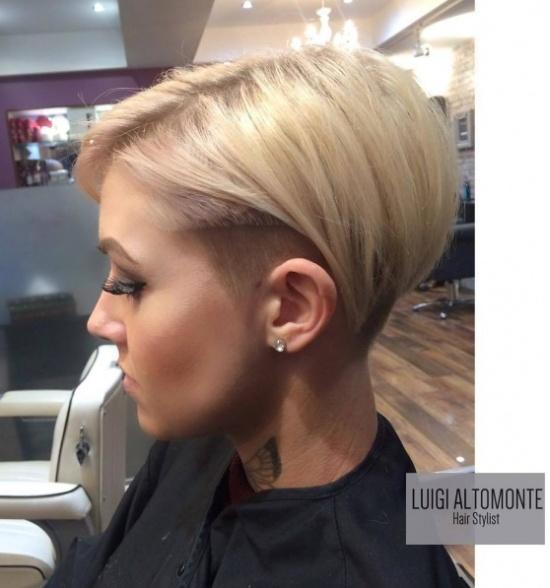 короткая трехслойная стрижка на белые волосы