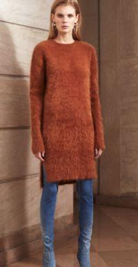 морковное платье-свитер 2017 с синими джинсами
