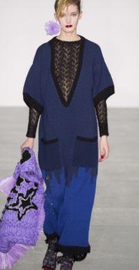 черно-голубое платье-свитер с глубоким вырезом