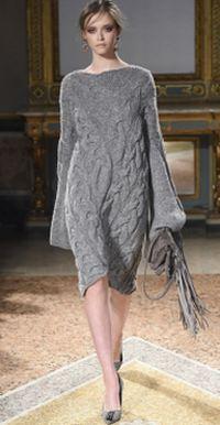 серое платье-свитер крупной вязки с удлиненными рукавами