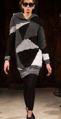 платье-свитер из серых, белых и черных блоков с широкой резинкой по подолу