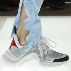 Новое слово в обувной моде - кроссовки-сникерсы на волнистой платформе от бренда Луи Виттон