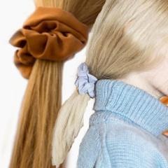 Тканевые резинки как модный тренд возвращаются и становятся в 2018 году модным аксессуаром для волос