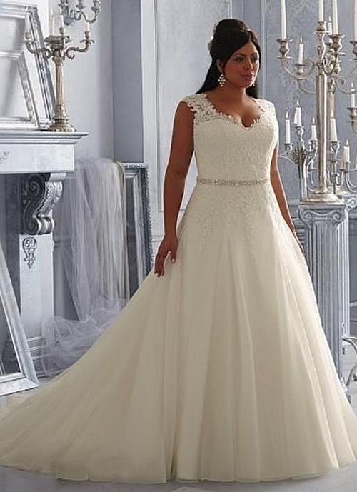 невеста в кружевном платье с красивой прической