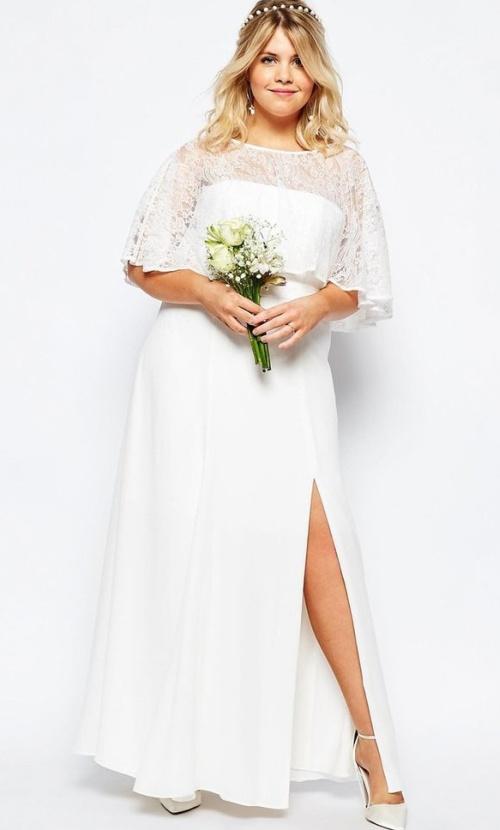 пышка в свадебном платье с высоким вырезом на подоле