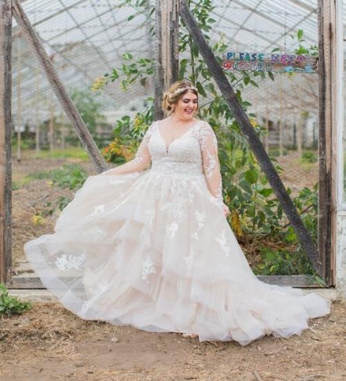 очень полная девушка в свадебном платье с рукавами