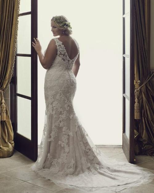 полная женщина за 40 в свадебном платье с обнаженной спиной