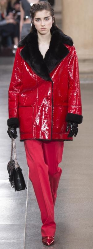 Зимнее красное полупальто из мокрой кожи с меховым воротником от Christopher Kane