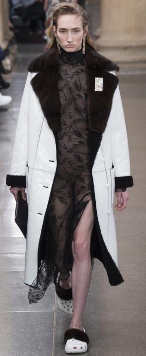 Зимнее белое пальто из мокрой кожи с меховым воротником от Christopher Kane