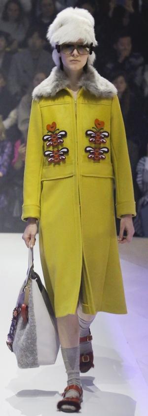 Желтое шерстяное зимнее пальто с аппликацией и меховым воротником от Anya Hindmarch