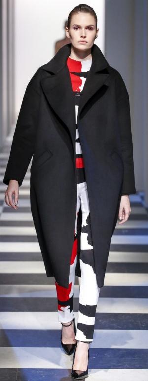 Модная верхняя одежда для полных на сезон Осень-Зима 2017-2018. Пальто-кокон черного цвета для полных девушек и женщин от Oscar de la Renta