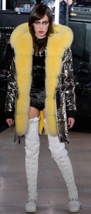 Зимнее пальто из блестящей ткани с желтым меховым воротником от Philipp Plein - модный тренд сезона Осень-Зима 2017-2018