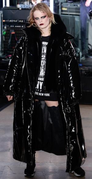 Зимнее пальто макси из мокрой кожи в стиле оверсайз от Philipp Plein