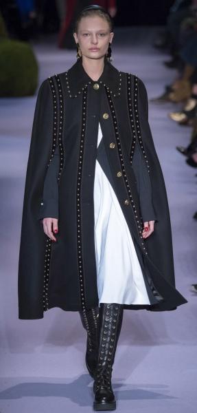 красивое черное пальто-кейп с прорезями для рук на полную фигуру - тренд осень-зима 2017-2018