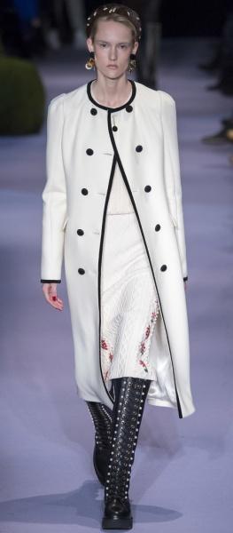 фасоны верхней одежды осень зима 2017 2018 - белое пальто с черными пуговицами