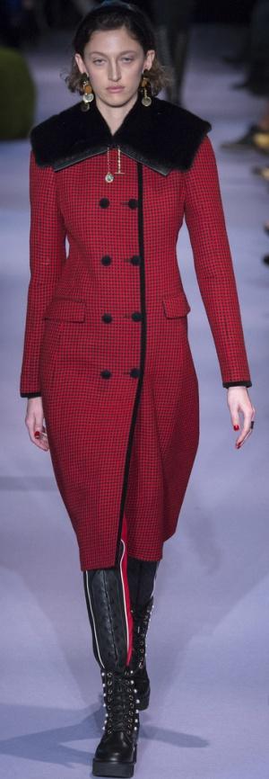 Красное двубортное пальто с черным меховым воротником и черными пуговицами от Altuzarra