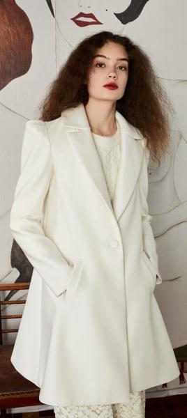 Белое пальто расклешенного силуэта