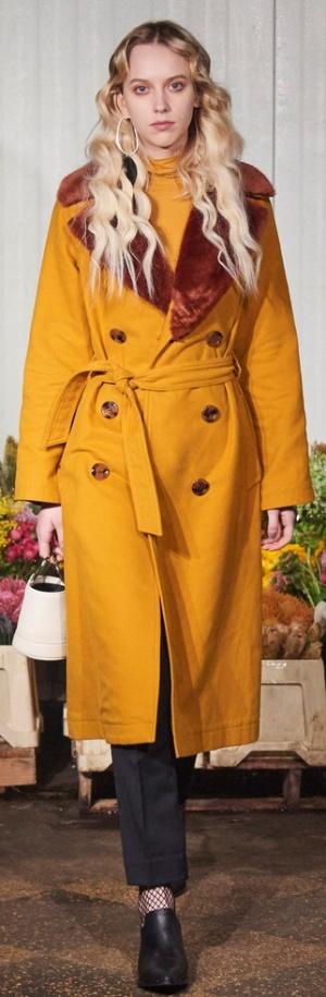Двубортное зимнее пальто цвета горчицы от Simon Miller с меховым воротником
