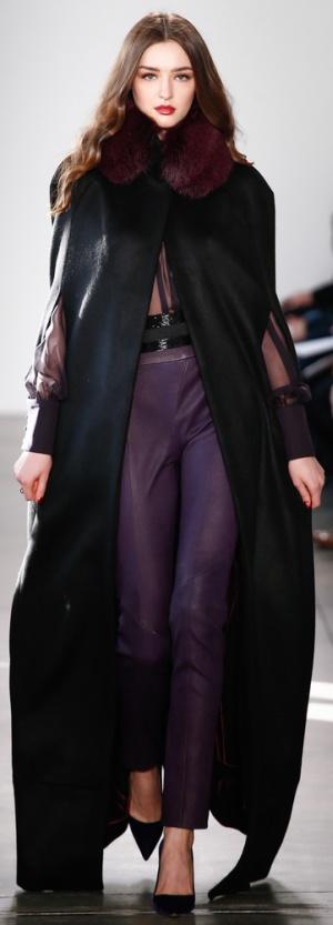 Черное пальто-кейп длиной макси с цветным воротником из меха от Pamella Roland