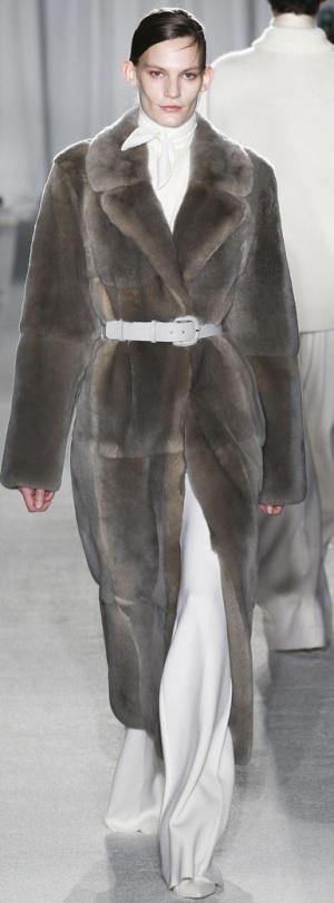 Модный сезон Осень-Зима 2017-2018: пальто из искусственной норки с белым ремнем от Ryan Roche