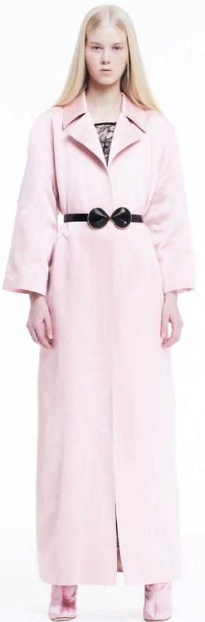 Розовое пальто макси с английским отложным воротником и черным декоративным поясом от Adam Lippes