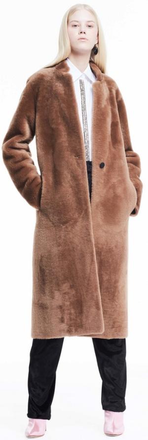 Меховое пальто цвета какао с модный воротником стойкой от Adam Lippes