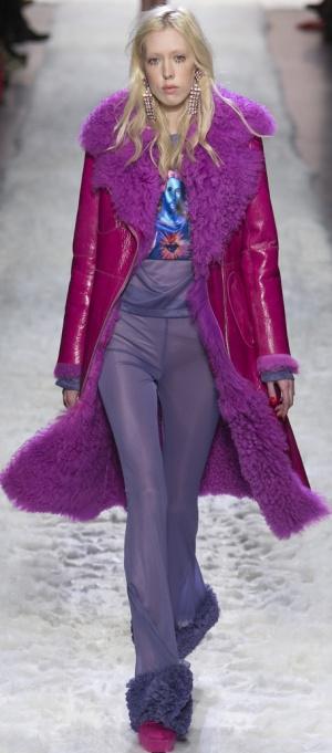 Зимнее пальто алого цвета на искусственной овчине с сиреневым меховым воротником от Jeremy Scott