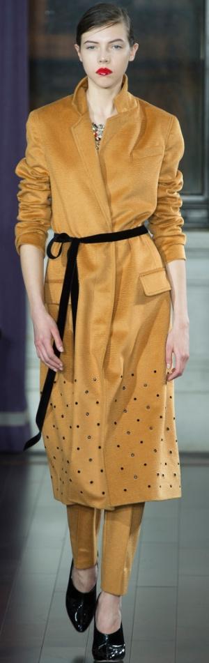 Пальто цвета горчицы с черным поясом от Jason Wu