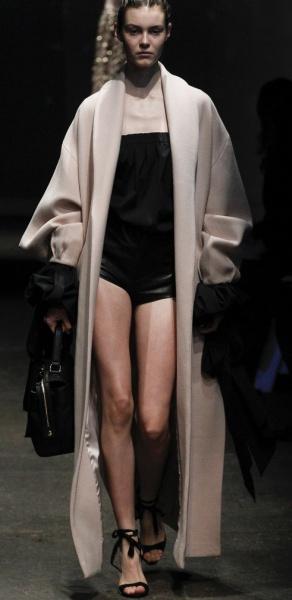 пальто макси цвета пудры для крупных дам высокого роста с воротником-шалькой