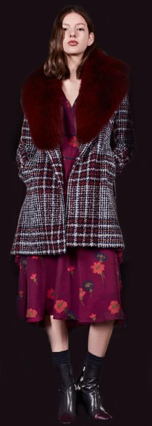 Супер модное полупальто в красно-серую клетку с красным меховым воротником от Tanya Taylor