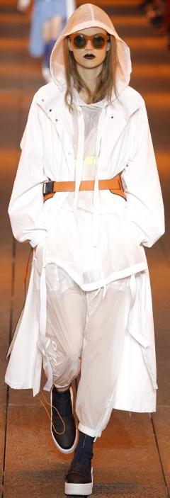 Белый плащ от DKNY