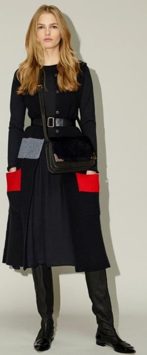 Модное трикотажное пальто с актуальным сочетанием красного и черного
