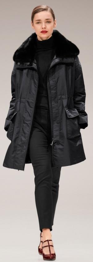 Модное пальто сезона осень-зима 2017-2018: черное пальто-парка с большими карманами и большим меховым воротником