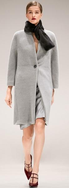 модель серого цвета элегантное пальто для пышек