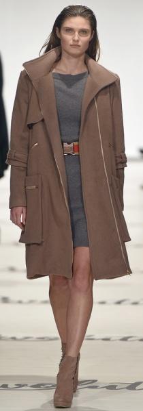 Красивое и стильное коричневое пальто для полных женщин