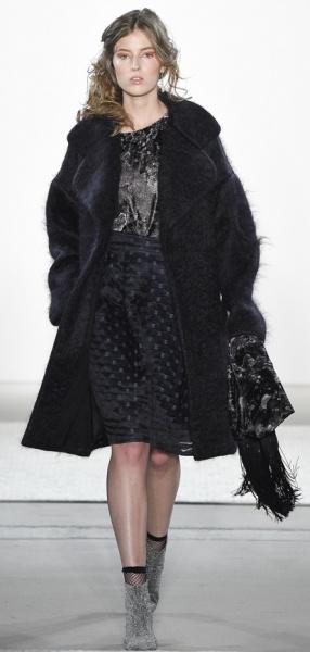 Черное пальто с длинным ворсом и большим воротником