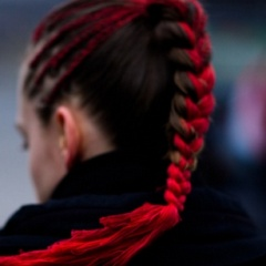 Цветные нити в косах, яркие ленты в волосах - модный тренд в молодежных прическах для длинных волос Весна-Лето 2017
