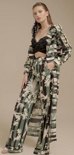 Элегантный плащ в комплекте с брюками и черным топом от Johanna Ortiz