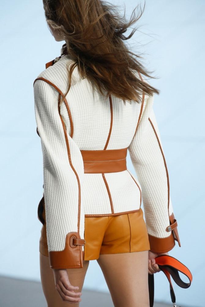 белая куртка с коричневой отделкой вид со спины