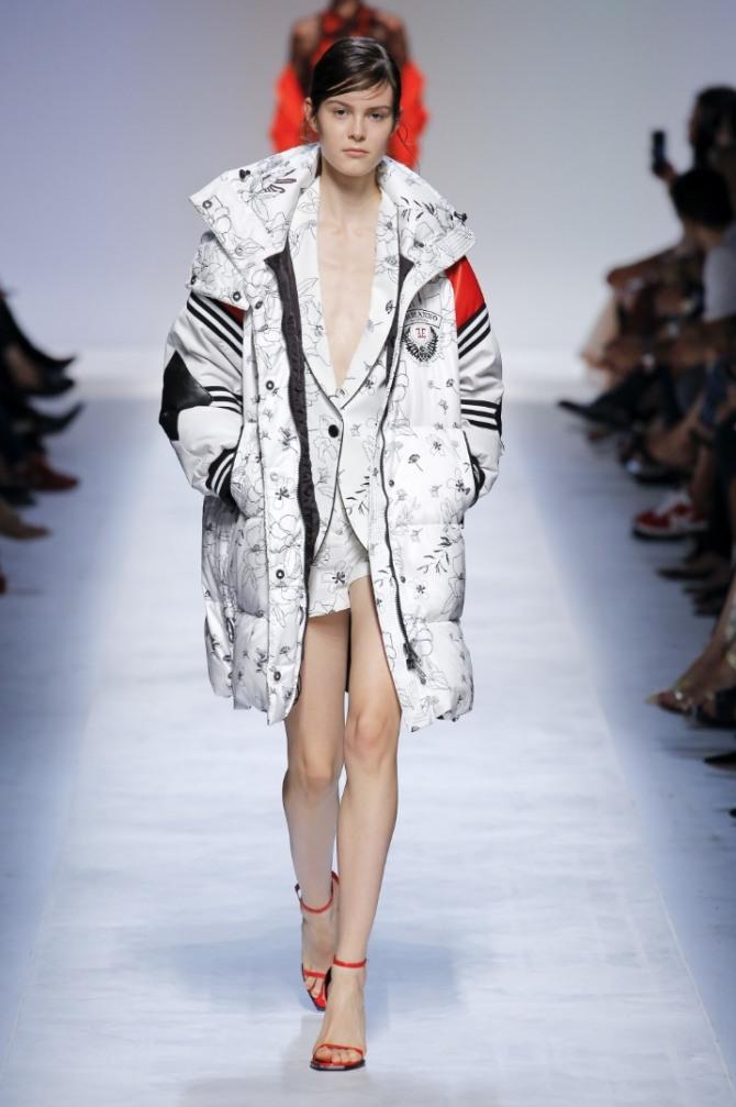 куртка-парка для девушки белого цвета с черными полосами
