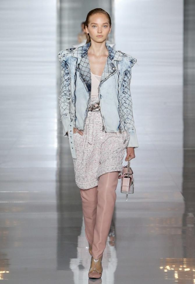 стильная и модная женская голубая куртка из денима от Balmain