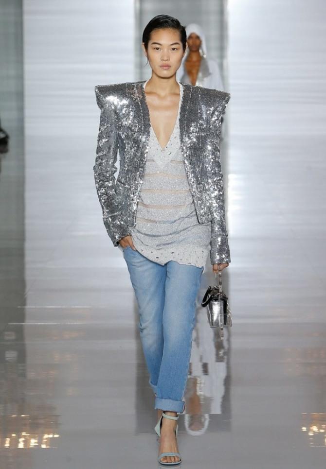 женская куртка из блестящей серебряной ткани