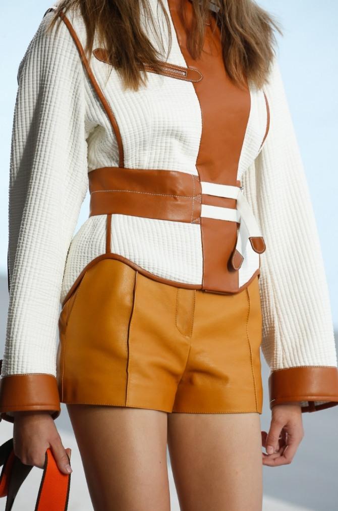 белая текстильная куртка весна-лето 2019 с коричневой кожаной отделкой
