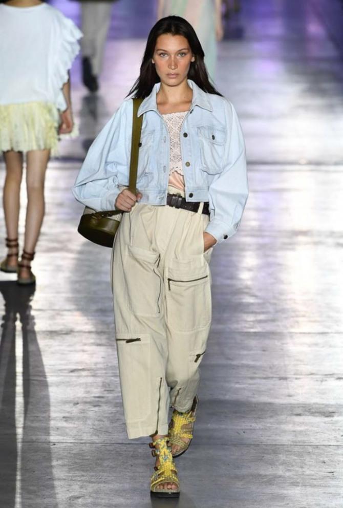 джинсовая голубая куртка до пояса в сочетании с брюками песочного цвета