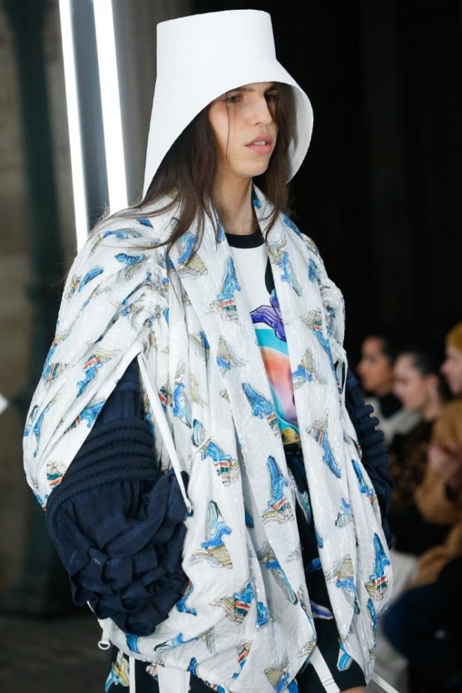 двухслойная женская куртка с прорезями на рукавах